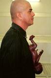 Caudillo Con bebé. 2000-2007. Conspicuo, envuelto con ropa negra y con una pi