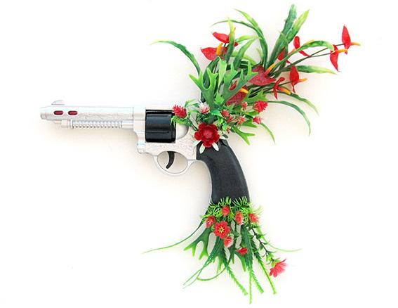 Bang Bang, My Baby Shot Me Down n.1 | revólver e flores de plástico | 2013 | Ir a la ficha del Artista, Comisario 'Fábio Carvalho'