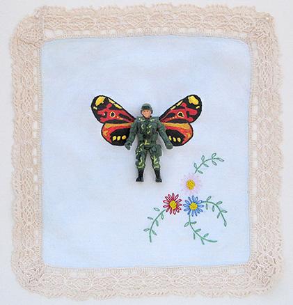 Monarca n. 2 | lenço antigo, bordado à mão, soldado de plástico | 2012 | Ir a la ficha del Artista, Comisario 'Fábio Carvalho'