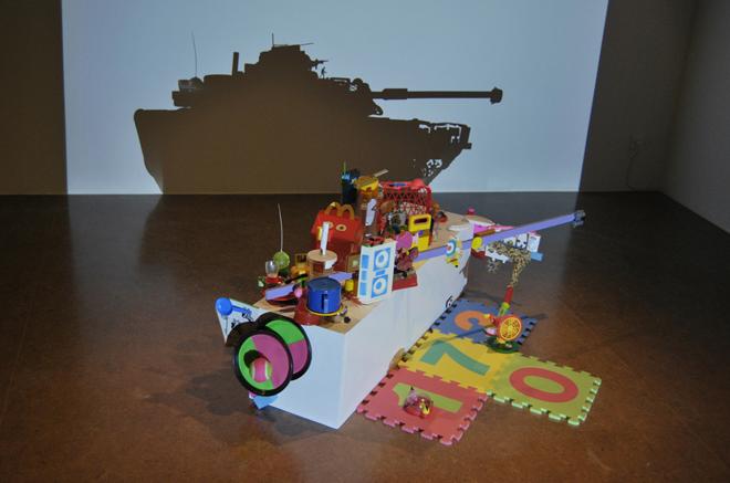 Juguetes, 2010. Peana, recuerdos y juguetes. 105 x 40 x 40 cm. | Ir a la ficha del Artista 'Carlos Álvarez Gil - Carlos AG'