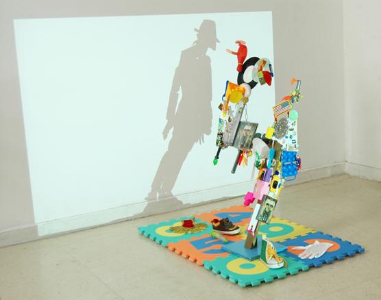 Retrato a MJ, 2011. Objetos biográficos y juguetes. 80 x 80 x 30 cm. | Ir a la ficha del Artista 'Carlos Álvarez Gil - Carlos AG'