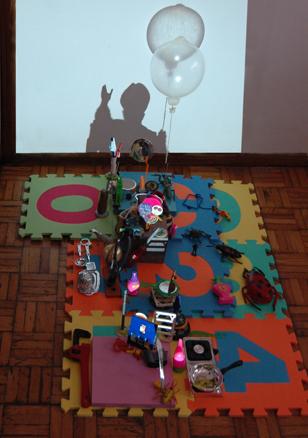 Retrato al Papa, 2011. Juguetes y preservativo con helio. 105 x 40 x 40 cm. | Ir a la ficha del Artista 'Carlos Álvarez Gil - Carlos AG'