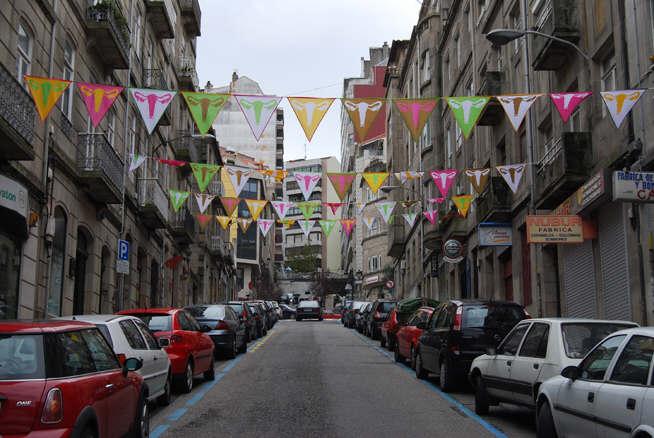 Uterus Flags. Vista exposición exterior Galería adhoc. Rúa Joaquín Loriga. Vigo.