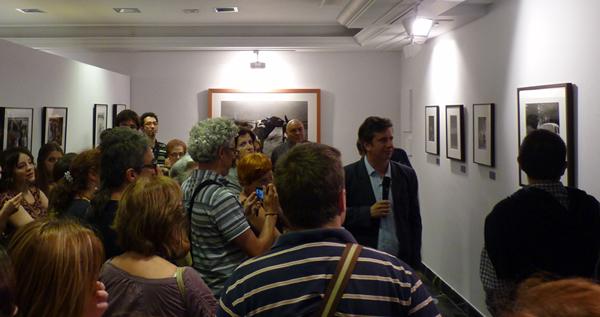 Gabino Diego explica la muestra el día de la inauguración
