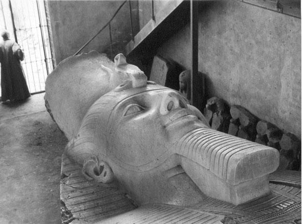 Coloso del faraón Ramsés II en el interior del Museo de Menfis. Col. Egipto 1930
