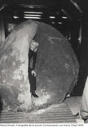 Marta Minujin, Fotografía de la acción Comunicando con tierra, CAyC, 1976