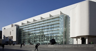 Fachada principal del Macba de Barcelona | El Macba reduce ligeramente su programación de temporales en 2013