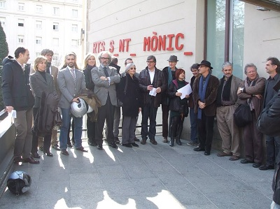Algunos asistentes a la lectura del Manifiesto en el Arts Santa Mònica de Barce | 27 instituciones culturales catalanas firman un  Manifiesto en defensa de la cultura y las artes