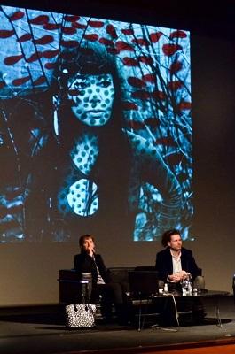 Frances Morris y Philip Larratt-Smith en la presentación de la muestra | El Malba organiza la primera retrospectiva de Yayoi Kusama que itinerará por América Latina