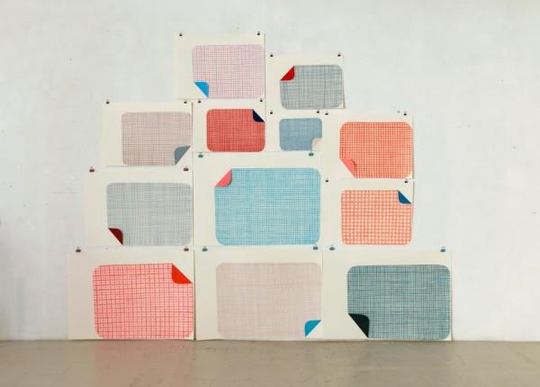 Sabine Finkenauer. Mantas. 2013. Lápiz y collage s. papel. Instalación