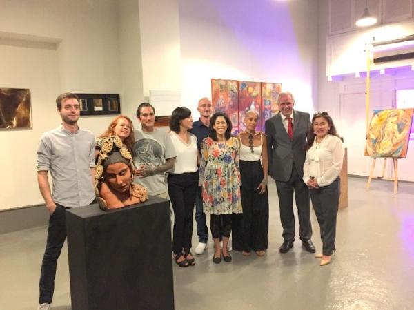 Embajador del Ecuador junto a los artistas latinoamericanos y europeos participantes