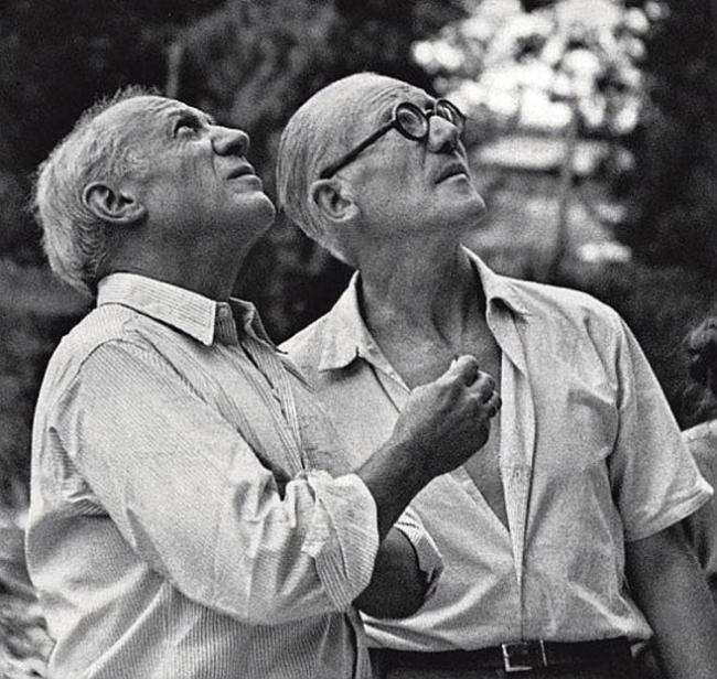 FOTO DE PABLO PICASSO Y LE CORBUSIER, EN SEPTIEMBRE DE 1952 – Cortesía de la Galería La Aurora