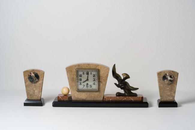 Martí, Reloj de chimenea con guarnición art déco, Francia, c. 1925. Mármol y calamina. Colección M&M, Santiago de Compostela. Foto: cortesía MARCO Vigo/Enrique Touriño