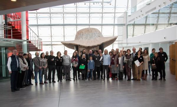 Todos los asistentes al acto de la Sculpture Network posan en el hall del Museo Würth.