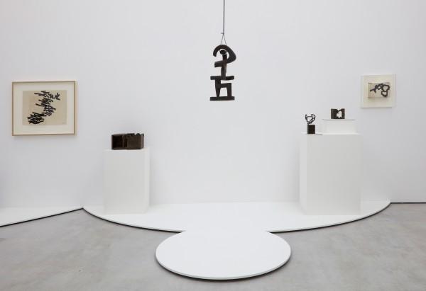 Vista de la exposición | Ir al evento: 'Eduardo Chillida, curva cóncava'. Exposición de Escultura en Cayón - Espacio en Blanca 9 / Madrid, España