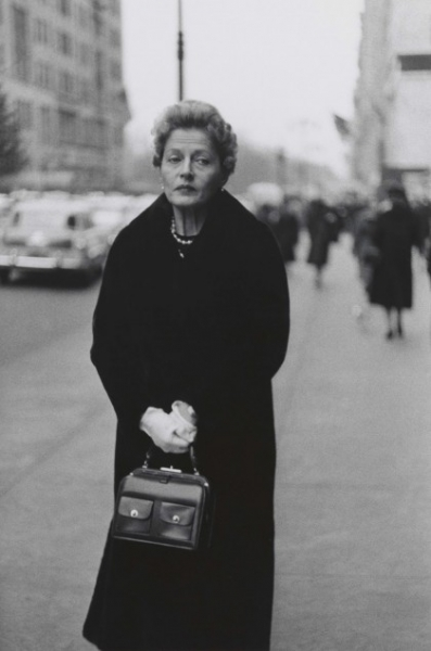 DIANE ARBUS. Woman with white gloves and a pocket book N.Y.C. 1956, 420x636