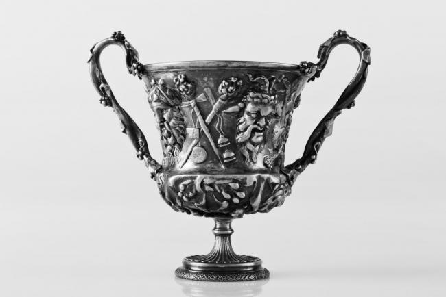 Copa (cantharus) de las cuatro máscaras, Christofle y cía, 1881. Galvanoplastia, 14x16'5x10'5 cm.  – Cortesía del Museo Nacional de Escultura