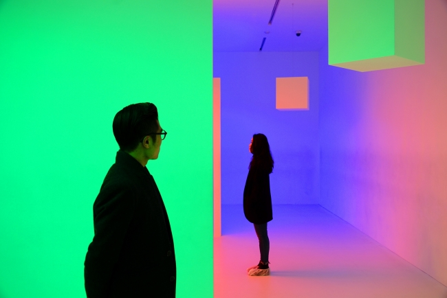 "Carlos Cruz-Diez, Chromosaturation, 1965/2015. Exposición ""Spatial illumination - 9 Lights in 9 rooms"" D Museum, Seúl, Corea del Sur © Photo: Courtesy of D Museum"