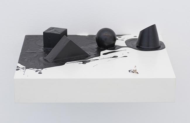 """Liliana Porter, Liliana Porter, """"The Attempt (Four Black Geometric Shapes)"""", 2018 – Cortesía de Luciana Brito Galeria"""