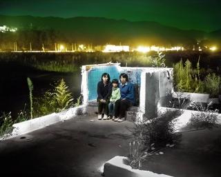 Alejandro Chaskielberg, Tres generaciones, 2013, Tomoko, Sana y Yoshimi Hida en los restos de su casa en Otsuchi, ciudad destruida por el tsunami – Cortesía del artista. FotoMéxico 2017