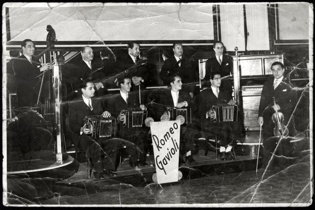 Orquesta típica Romeo Gavioli. Primero de derecha a izquierda, Romeo Gavioli. S. f. (Foto: archivo Mario Bianco)