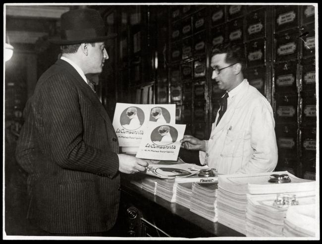 "Matos Rodríguez frente a la partitura de ""La Cumparsita"". Año 1930 (aprox.). (Foto: archivo familia Matos)"