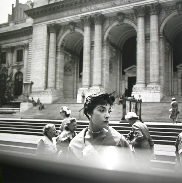 Vivian Maier, Biblioteca Pública de Nueva York, Ca.1952 © Vivian Maier/Maloof Collection, Cortesía Howard Greenberg Gallery, Nueva York