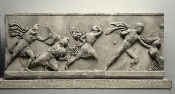Una de las Siete maravillas del Mundo Antiguo. Friso en una losa que muestra a los griegos luchando contra las mujeres Amazonas, c. 350 a. C. Mármol del mausoleo de Halicarnaso, actual Bodrum (Turquía). © The Trustees of the British Museum (2016)