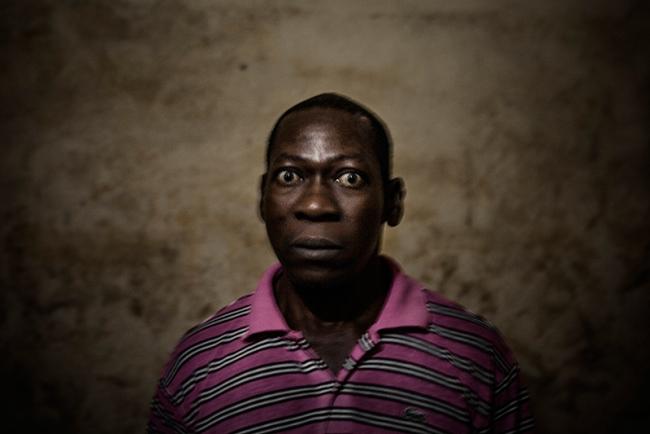 Xavier Aldekoa, Ngon Mbassa - Cortesia de DOCfield Barcelona | Ir al evento: 'The Backway'. Exposición de Fotografía en Palau Àlos / Barcelona, España