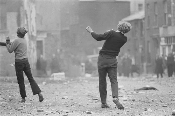 Gilles Caron. Manifestantes católicos, Batalla de Bogside, Derry, Irlanda del Norte, agosto 1969. © Gilles Caron / Fondation Gilles Caron / Gamma Rapho