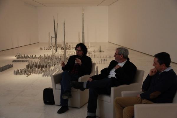 Miquel Navarro, junto al Concejal de Cultura, Daniel Simón, la conservadora de las colecciones del MACA, Rosa Castells y el Director de Proyectos de la Fundación Caja Mediterráneo, Toni Gómez