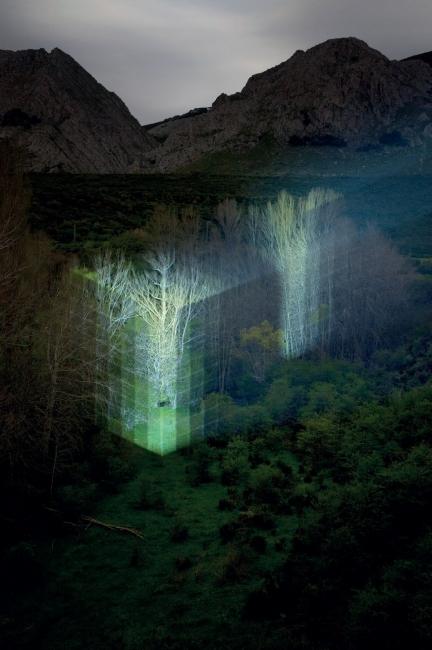Javier Riera, LG NL, 2018. Fotografía de intervención lumínica sobre paisaje, 140 x 100 cm. — Cortesía de la Galería Gema Llamazares