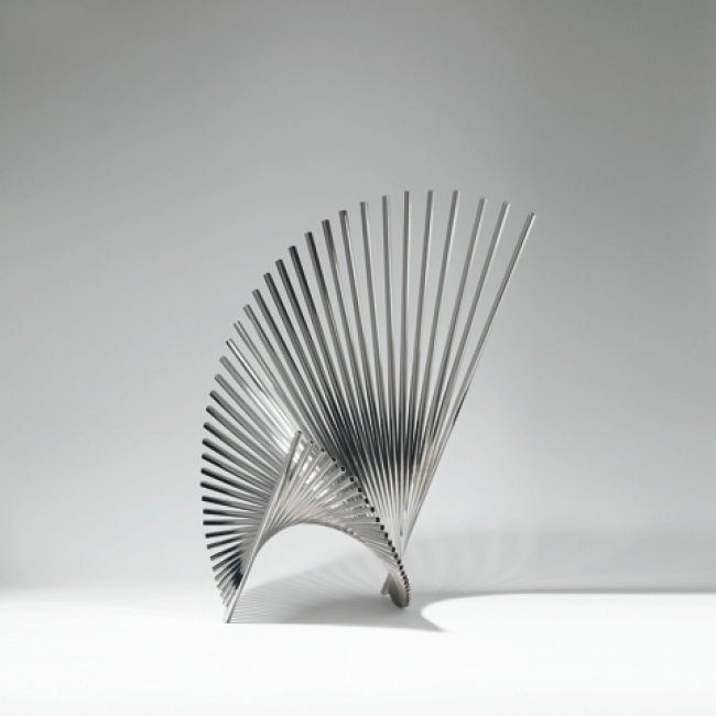 Andreu Alfaro - Generatriz 3 (1972), obra en acer inoxidable – Cortesía del Consorci Museu d'Art Contemporani de Mataró | Ir al evento: 'Bassat escultures'. Exposición en Nau Gaudí - Colección Bassat / Mataró, Barcelona, España