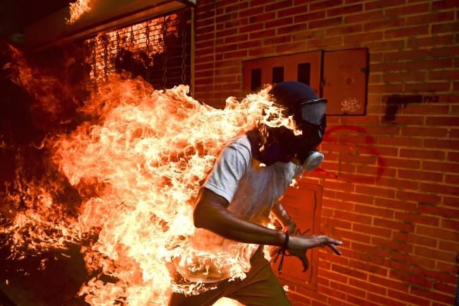 Venezuela Crisis © Ronaldo Schemidt, Agence France-Presse – Cortesía de World Press Photo | Ir al evento: 'World Press Photo 2018'. Premio de Fotografía