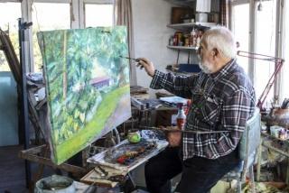 El artista pintando una obra