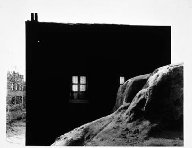 Paco Gómez. Fachada pintada de negro, 1961 © PACO GÓMEZ – Cortesía de PHotoEspaña