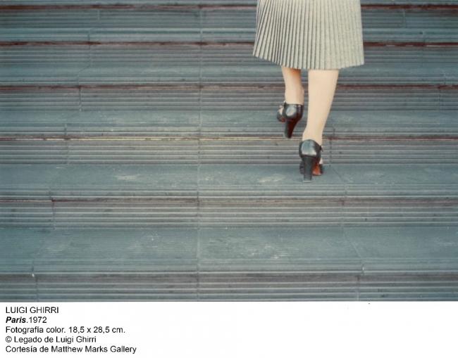 Luigi Ghirri, París, 1972. Fotografía color, 18'5x28'5 cm. © Legado de Luigi Ghirri — Cortesía de Matthew Marks Gallery / Museo Nacional Centro de Arte Reina Sofía