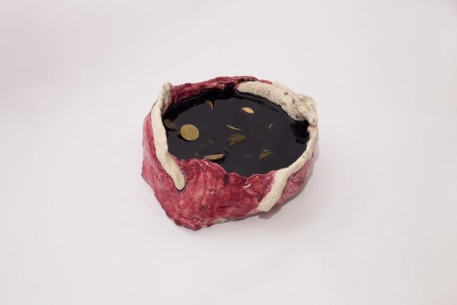 Marina González Guerreiro, Pray II, 2018. Cerámica, resina de poliéster y monedas. 30 x 30 x 33 cm. — Cortesía de la Galería Adora Calvo