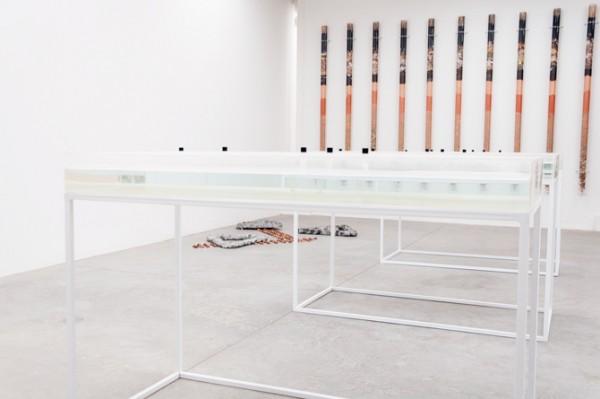 Vista de la exposición Basurero utópico de Alicia Barney