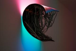 Daniel Canogar, Magma. Pantalla de LEDs, componentes electrónicos, estructura metálica, ordenador. 102 x 90 x 46 cm.