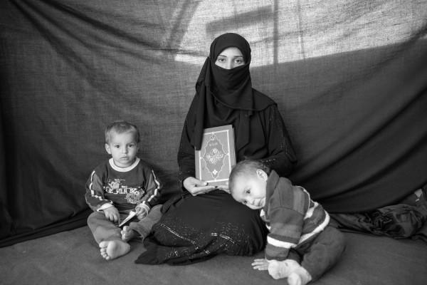 Iman, 25 años, con su hijo Ahmed y su hija Aishia en el campo de refugiados de Nizip, Turquía (4 de diciembre de 2012). Brian Sokol / ACNUR