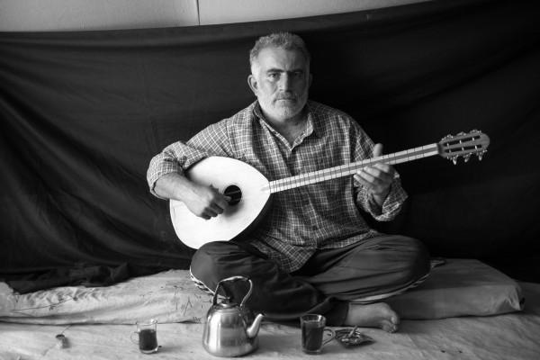 Omar, 37 años, en su tienda de campaña en el campamento de refugiados de Domiz en Kurdistán, Iraq (16 de noviembre de 2012). Brian Sokol / ACNUR