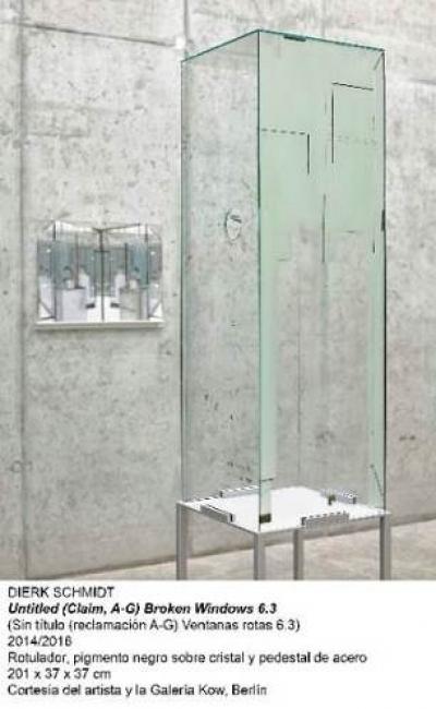 Dierk Schmidt, Untitled (Claim, A-G) Broken Windows 6.3. Rotulador, pigmento negro sobre cristal y pedestal de acero, 201x37x37 cm. Cortesía del artista y la galería Kow, Berlín