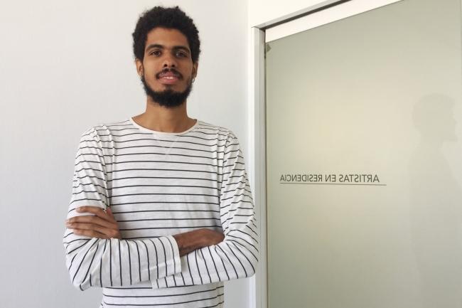 El artista caboverdiano Yuran Henrique, en el CAAM – Cortesía del Centro Atlántico de Arte Moderno-CAAM