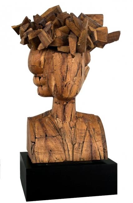 9 SCULPTORS. TYPES OF ABSTRACTION. Manolo Valdés, Regina Con Sombrero, 1998. Wood, 78.74 x 55.12 x 51.18 in. Imagen cortesía Art Circuits