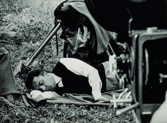 Federico Fellini durante el rodaje de La dolce vita, 1960. Copia digital, 2018, 18 24 cm. Colección Fondation Jérôme Seydoux-Pathé. La Dolce vita, coll. Fondation Jérôme Seydoux-Pathé © 1960. Société Nouvelle Pathé-Cinéma- Gray Film-Riama Film
