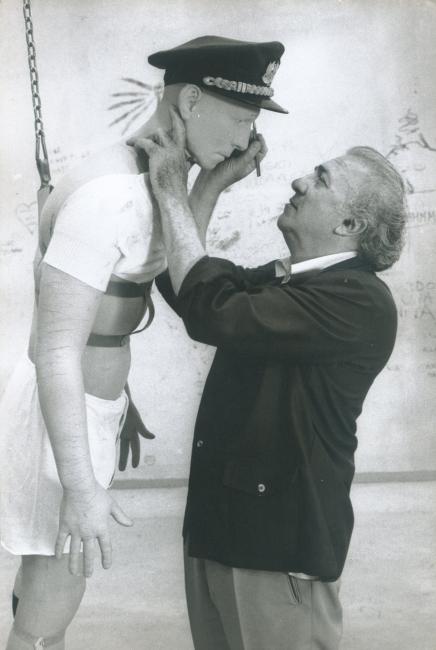 """Federico Fellini, Roma 1979, Cinecittà, durante el rodaje de """"La ciudad de las mujeres"""", Photograph by Tazio Secchiaroli ©Tazio Secchiaroli/David Secchiaroli – Cortesía del Museo Picasso Málaga"""