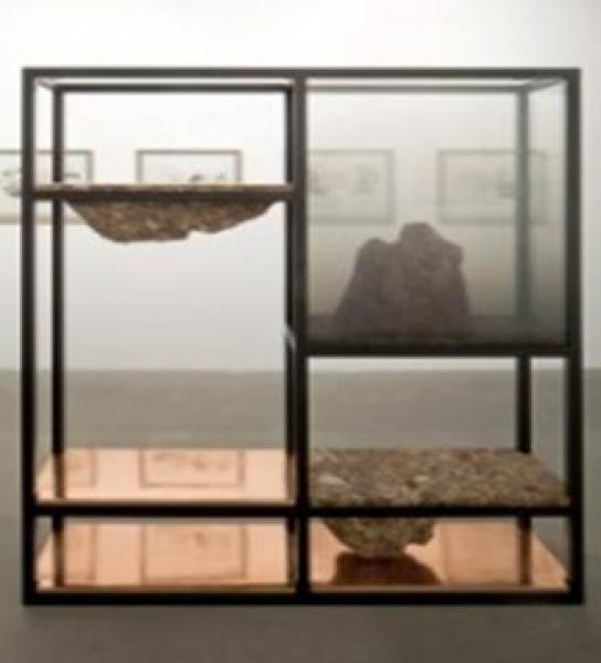 ELENA DAMIANI, Rude Rock 4, 2015. Estructura de hierro, mármol brescia, vidrio y láminas de cobre, 211 x 180 x 80 cm
