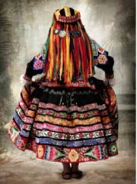 MARIO TESTINO, Traje tradicional femenino de la provincia de Espinar, Cusco, Perú, 2007. Fotografía. Digital C -Type Print, 180 x 135 cm