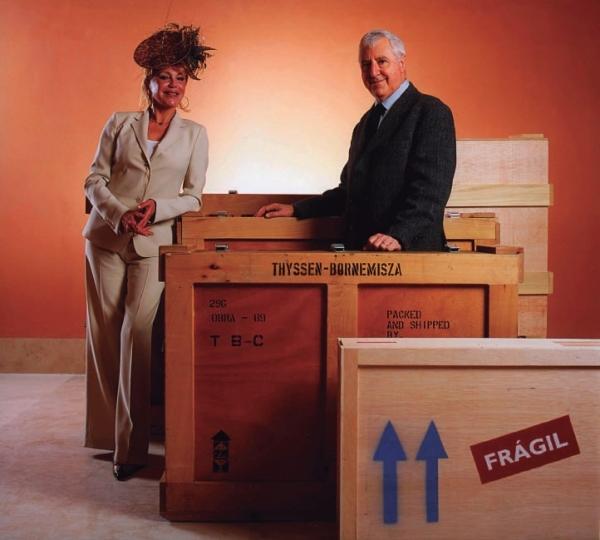 Chema Conesa. Baronesa Carmen Thyssen-Bornemisza y Tomas Llorens Serra (Conservador Jefe de la Fundación) entre cajas, 1992 © CHEMA CONESA, VEGAP, MADRID, 2017